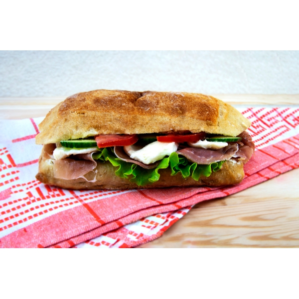 Сандвич с прошуто и моцарела